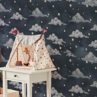 Tapeta jest niby spokojna, uniwersalna, a jednak bajkowa. Niewielkie chmurki, gwiazdki, połyskliwe niebo… Idelane tlo do pokoju pełnego zabawek. I zabawy…