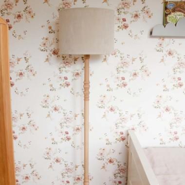 Oryginalna lampa podłogowa VELVET to pomysł na dodatkowe oświetlenie do dziecięcego pokoju.