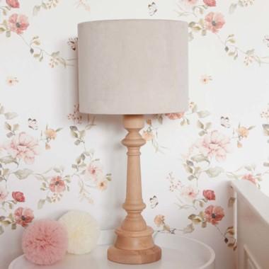 Oryginalna lampa stojąca VELVET CREAM to pomysł na dodatkowe oświetlenie do dziecięcego pokoju.