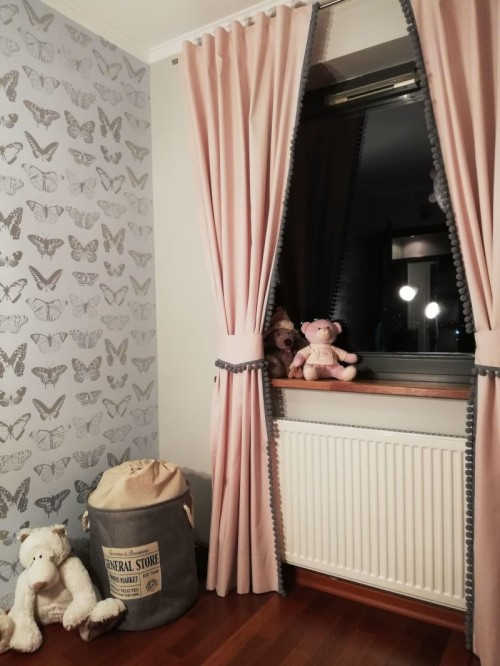 Zasłona do pokoju dziecka (i nie tylko) uszyta z wysokiej jakości tkaniny bawełnianej na podany przez Państwa wymiar. Do wewnętrznej krawędzi zasłony naszyta jest dekoracyjna taśma z bąbelkami.