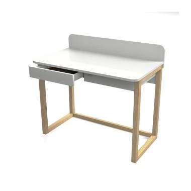 Białe biurko z drewnianymi nogami. Zaokrąglony blat z przegrodą eliminują ostre naroża i tworzą komfortowe miejsce do pracy. 2 praktyczne szuflady pomieszczą niezbędne przybory biurowe. Oryginalny i minimalistyczny design.