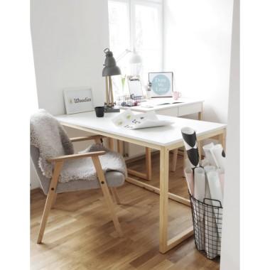 Białe biurko z drewnianymi nogami. Mebel w minimalistycznym stylu, inspirowany stylem skandynawskim.
