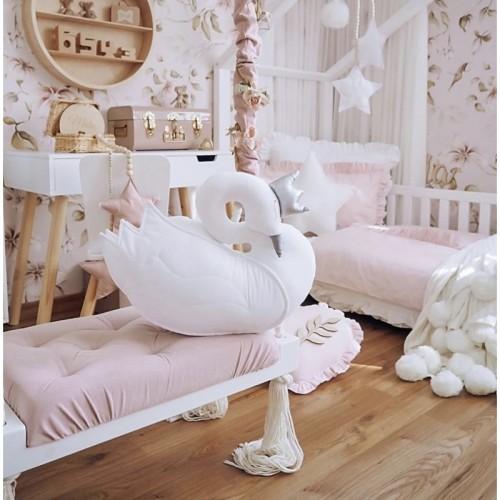Piękna poduszka w kształcie łabędzia to doskonała ozdoba pokoju dziecka.