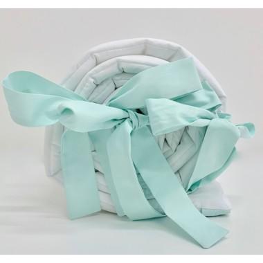 Delikatny ochraniacz w kolorze białym wykonany ze 100% bawełny. Ochraniacz przymocowujemy do łóżeczka za pomocą przyszytych kokardek.