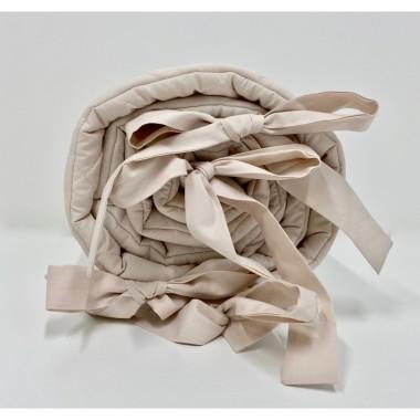 Delikatny ochraniacz w pięknym beżowym kolorze wykonany jest ze 100% pikowanej bawełny.