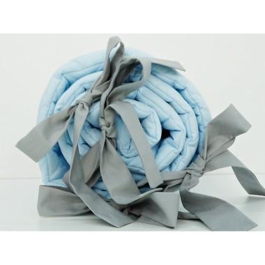 Delikatny ochraniacz do łóżeczka do łóżeczka w pięknym grafitowym kolorze wykonany jest ze 100% pikowanej bawełny.