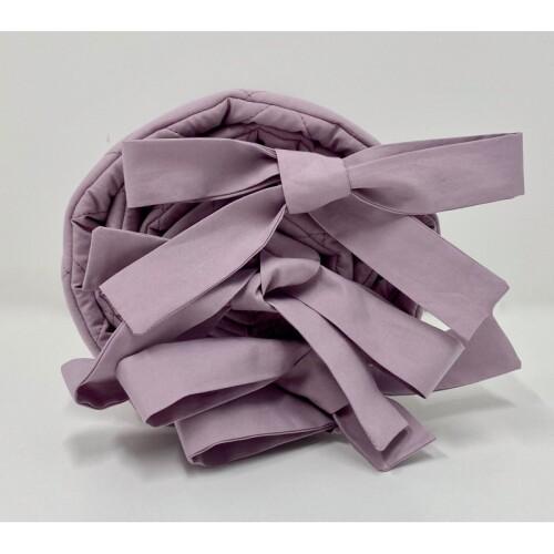 Delikatny ochraniacz w pięknym szarolawendowym kolorze wykonany jest ze 100% pikowanej bawełny.