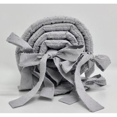 Delikatny ochraniacz w jasnym kolorze szarym wykonany jest ze 100% bawełny plumeti.