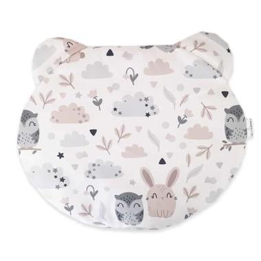 Dwustronna poduszka miś wykonana z wysokogatunkowej bawełny z uroczym wzorem w sowy i króliczki z jednej strony i bawełny w chmurki z drugiej.