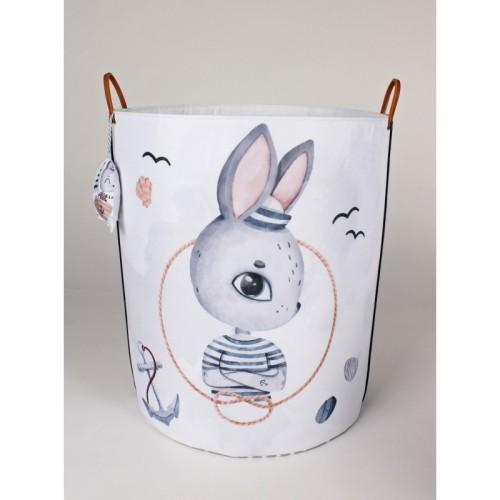 Pojemnik, kosz, na zabawki do pokoju dziecka z królikiem na białym tle. Pojemnik na zabawki, pampersy. Organizacja.