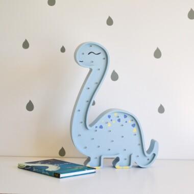 Niezwykła drewniana lampka w kształcie dostojnego Diplodoka to pomysł na dodatkowe oświetlenie do pokoju dziecięcego.