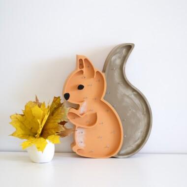 Niezwykła drewniana lampka w kształcie słodkiej Wiewióreczki to pomysł na dodatkowe oświetlenie do pokoju dziecięcego.