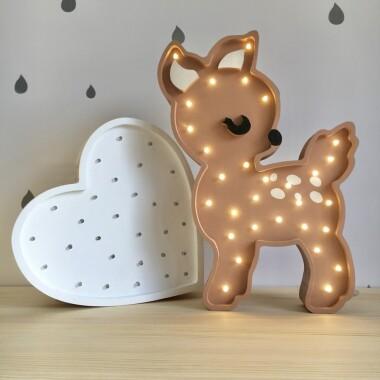 Niezwykła drewniana lampka w kształcie słodkiej Sarenki to pomysł na dodatkowe oświetlenie do pokoju dziecięcego.