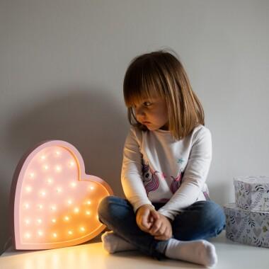 Niezwykła drewniana lampka w kształcie Serca to pomysł na dodatkowe oświetlenie do pokoju dziecięcego.