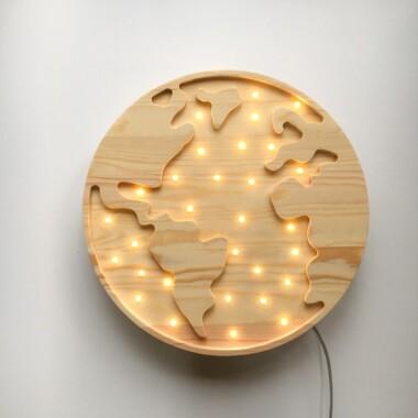 Niezwykła drewniana lampka w kształcie Kuli Ziemskiej to pomysł na dodatkowe oświetlenie do pokoju dziecięcego.