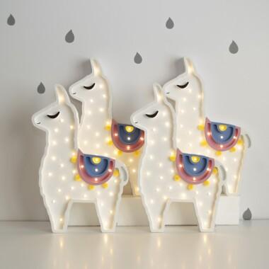 Niezwykła drewniana lampka w kształcie Lamy to pomysł na dodatkowe oświetlenie do pokoju dziecięcego.