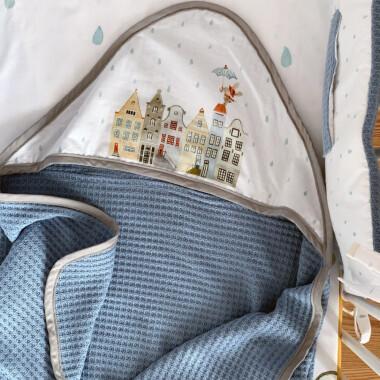 Duży i mękki kocyk niemowlęcy do wózka, łóżeczka czy kołyski wykonany z bawełny. Posiada kaptur, może służyć jako otulacz od pierwszych chwil życia, zastępując rożek. Wykonany z certyfikowanej tkaniny z nadrukiem oraz dzianiny o splocie sweterkowym.  Skład: 100% bawełna z certyfikatem Oeko-Tex Wymiar: 14o x 70 cm