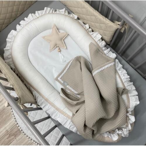 kokon-bialo-bezowy-z-falbanka- gniazdko do spania dla niemowlaka