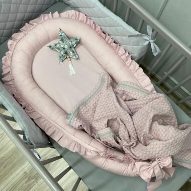 kokon-pudrowo-rozowy-z-falbanka-gniazdko do spania dla noworodka
