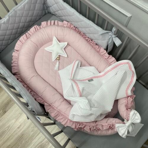 pikowany-kokon-z--falbanka-pudrowy-roz- gniazdko do spania dla niemowląt/ noworodków