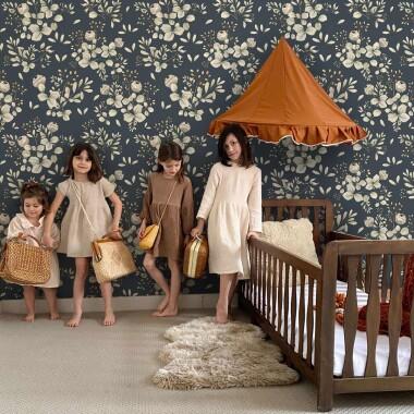 Granatowa tapeta na ścianę w kwiaty koniczyny
