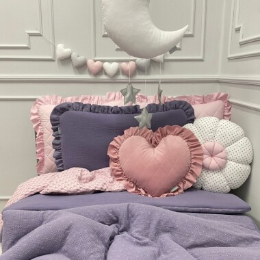 fioletowy haftowany-muslinowy-komplet-poscieli z falbanką -z-wypelnieniem-fiolek dla dzieci