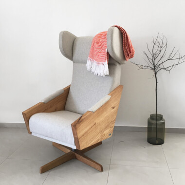 Duży wygodny komfortowy minimalistyczny  okręcany obrotowy fotel uszak. Beżowy fotel, szary fotel, niebieski fotel, czerwony fotel, pomarańczowy fotel.