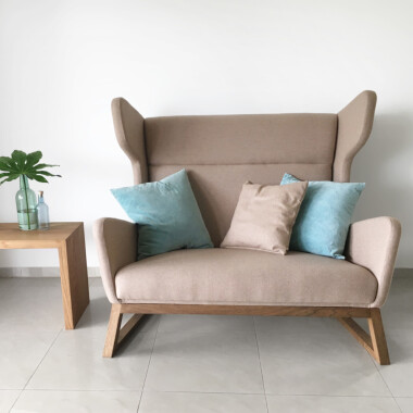 Fotel dwuosobowy - sofa mała uszak Lord. Fotel jest bardzo wygodny do czytania.