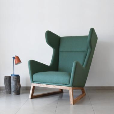 Duży wygodny fotel uszak drewniany skandynawski minimalistyczny butelkowa zieleń
