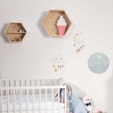 Drewniana półka do pokoju dziecięcego w kształcie heksagonu.