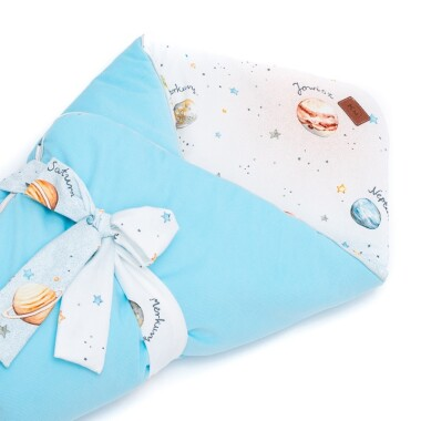 Dwustronny rożek niemowlęcy wykonany jest ręcznie z bawełny premium oraz miękkiego i miłego w dotyku materiału velvetu gładkiego.`Błękitny