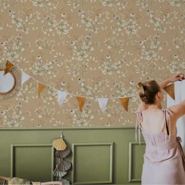 Beżowa tapeta na ścianę w kwiaty.