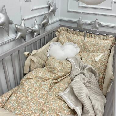 Beżowa pościel w kwiaty z falbanką do pokoju dziecka.
