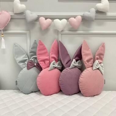 Ozdobna poduszka z uszami króliczka w średniej