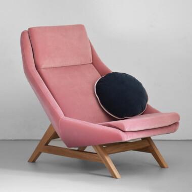 Różowy  duży wygodny fotel drewniany