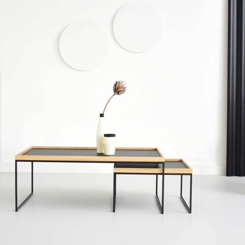 PORTABLE to zestaw 2 minimalistycznych stolików kawowych z blatami w formie tacy.